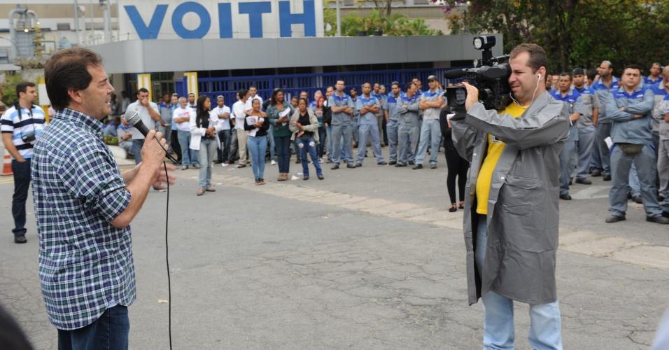 11.set.2012 - Paulinho da Força (à esq), candidato do PDT à Prefeitura de São Paulo, gravou para o seu programa eleitoral durante visita na manhã desta terça-feira em uma fábrica no bairro do Jaraguá, zona oeste da cidade