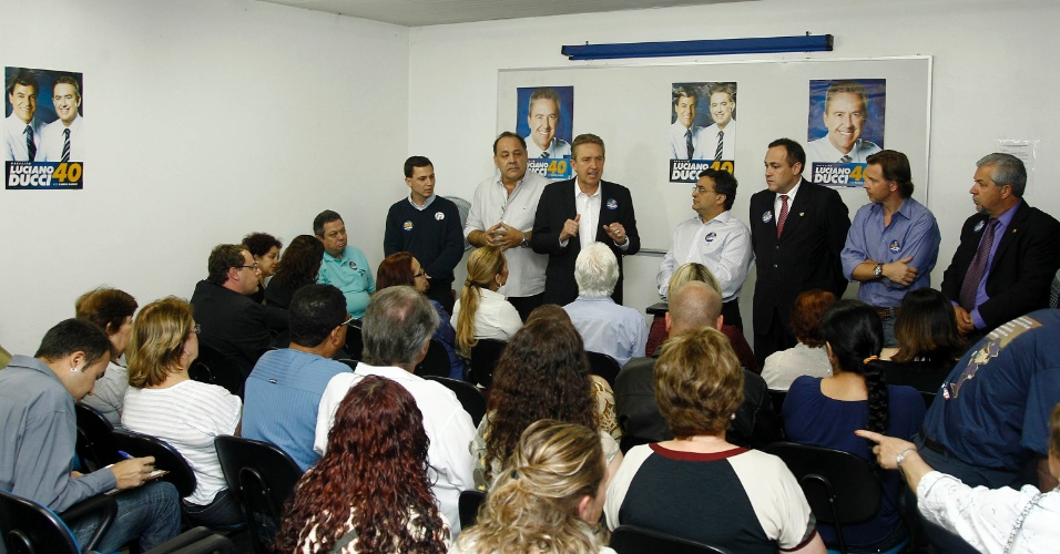 13.set.2012 - O prefeito de Curitiba e candidato &#224; reelei&#231;&#227;o pelo PSB, Luciano Ducci, se reuniu na Associa&#231;&#227;o Brasileira de Assist&#234;ncia &#224; Mucoviscidose reunido com representantes de associa&#231;&#245;es que atendem pessoas com parkinson, fibrose c&#237;stica, febre reum&#225;tica e esquizofrenia