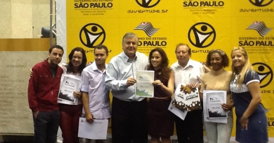 13.set.2012 - O candidato do PPL à Prefeitura de São Paulo, Miguel Manso (centro), participa da assinatura do Pacto pela Juventude, na Câmara de São Paulo