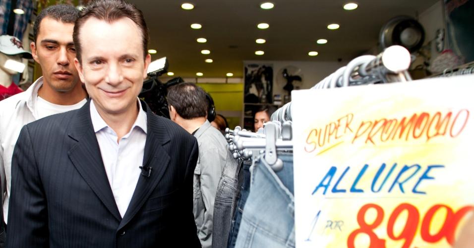 """14.ago.2012 - O candidato à Prefeitura de São Paulo Celso Russomanno (PRB) fez uma caminhada nesta sexta-feira no comércio de Vila Nova Cachoeirinha, na zona norte. Em seu programa na TV, Russomanno reclamou dos """"ataques baixos"""" que ele estaria sofrendo na campanha"""