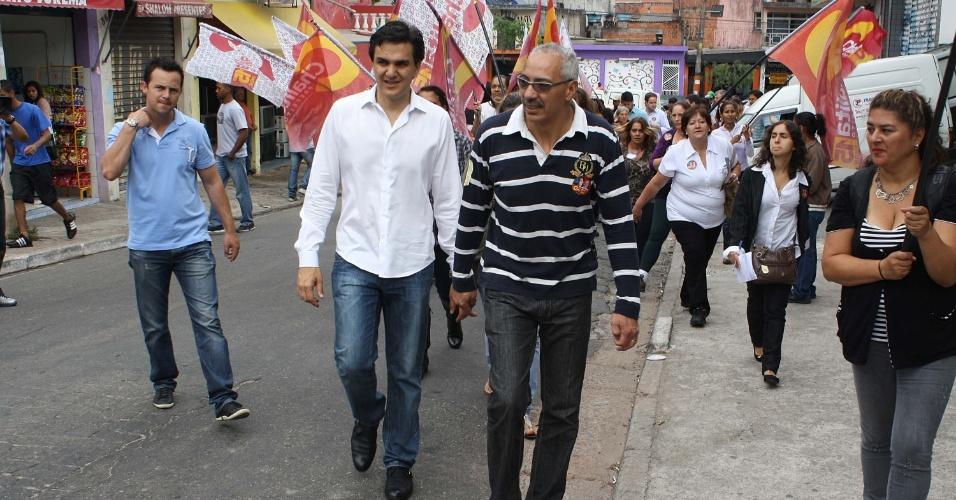 14.set.2012 - O candidato à Prefeitura de São Paulo, Gabriel Chalita (PMDB), participa de passeio a pé com mulheres, no Morro Doce em Perus, na Zona Norte