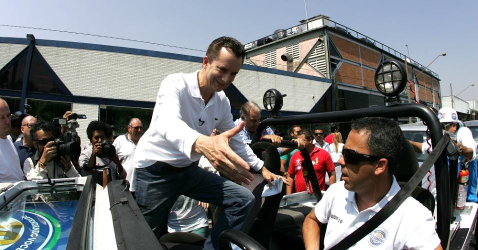 15.set.2012 - O candidato do PRB à Prefeitura de São Paulo, Celso Russomanno, faz carreata pela região da praça Campo de Bagatelle, em Santana, zona norte da capital paulista