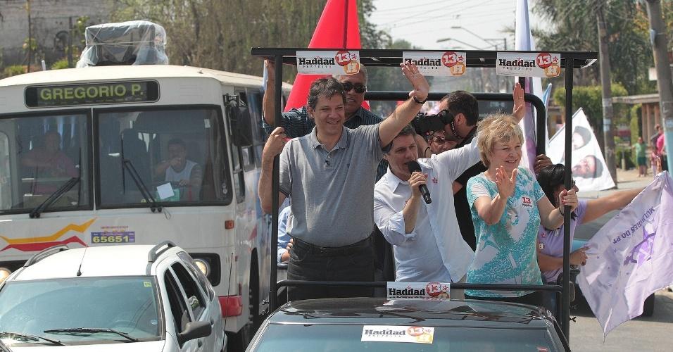 15.set.2012 - O candidato do PT à Prefeitura de São Paulo, Fernando Haddad, fez carreata neste sábado pela região de São Miguel Paulista, na zona leste, ao lado da nova ministra da Cultura, Marta Suplicy