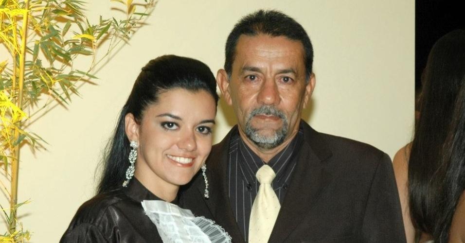 A candidata à Prefeitura de Joaquim Pires (PI) Cintia Ramos (PMDB) com o pai, Lourival (PT), que é candidato a vice na chapa de sua rival