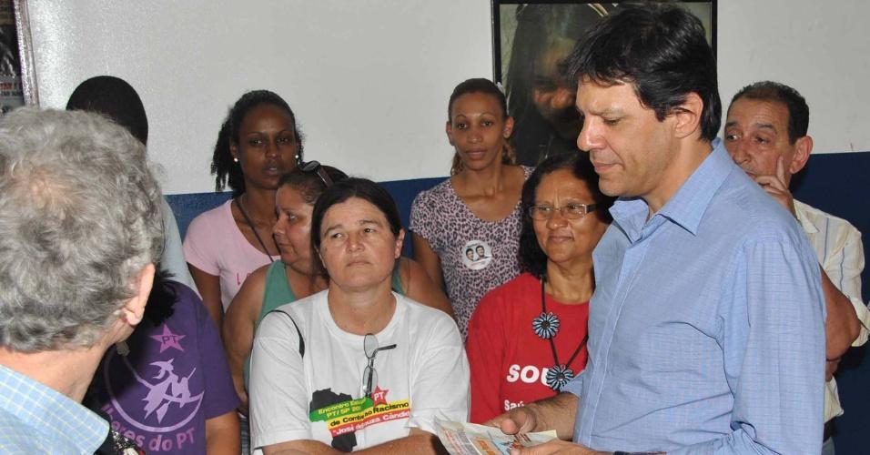 18.set.2012 - O candidato do PT à Prefeitura de São Paulo, Fernando Haddad (à dir.), visita o Centro de Direitos Humanos de Sapopemba, na zona sudeste da capital