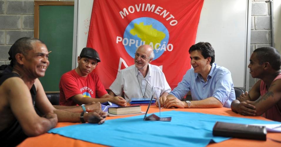 19.set.2012 - O candidato do PMDB à Prefeitura de São Paulo, Gabriel Chalita (de azul), visitou a Pastoral do Povo da Rua, no bairro Luz, região central da capital