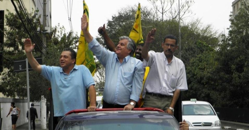 19.set.2012 - O candidato do PPL à Prefeitura de São Paulo, Miguel Manso (centro), acena durante carreata pela zona norte da capital paulista