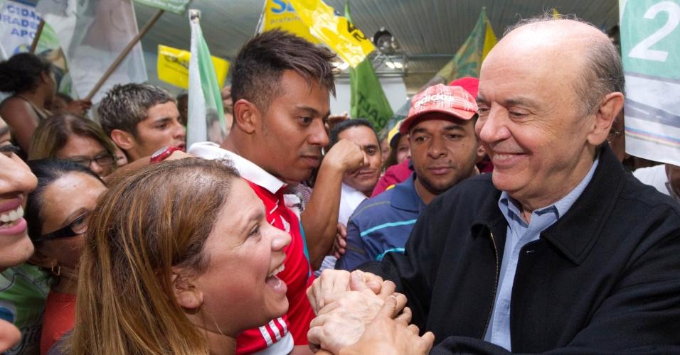 20.set.2012 - José Serra, candidato do PSDB à Prefeitura de São Paulo, cumprimenta eleitores durante caminhada pelo bairro Cidade Tiradentes, na zona leste da capital