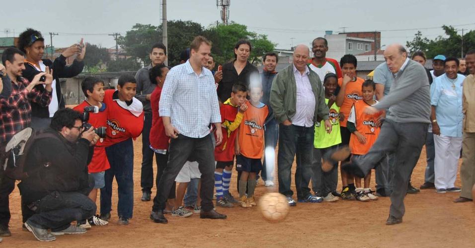 21.set.2012 - O candidato à Prefeitura de São Paulo José Serra (PSDB) visitou um Clube-Escola, no bairro Ermelino Matarazzo, e aproveitou para jogar futebol com as crianças. Ao lançar a bola, o candidato perdeu o sapato