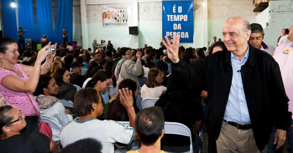 23.set.2012 - O candidato do PSDB à Prefeitura de São Paulo, José Serra (à dir.), visitou neste domingo (23) a assembleia geral da Associação dos Trabalhadores Sem Terra de São Paulo