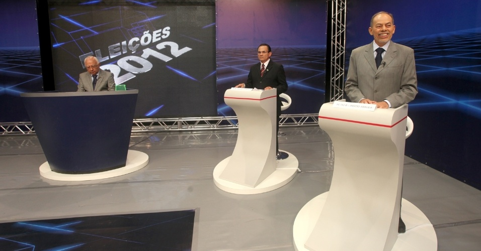 23.set.2012 - Debate realizado pela &#34;TV Di&#225;rio&#34; reuniu os candidatos &#224; Prefeitura de Fortaleza. O candidato do PC do B, In&#225;cio Arruda (terno claro) ficou ao lado do Professor Valdeci (PRTB) no cen&#225;rio