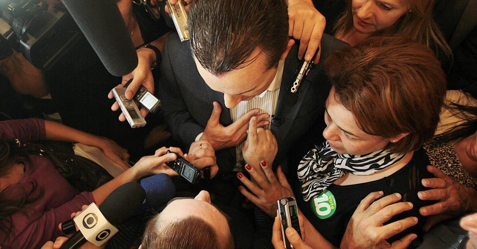 """25.set.2012 - Após evento com trabalhadores cristãos na Vila Prudente, o candidato do PRB à Prefeitura de São Paulo, Celso Russomanno, é abordado por mulher que pede para que ele """"pare de agredir a minha igreja"""""""