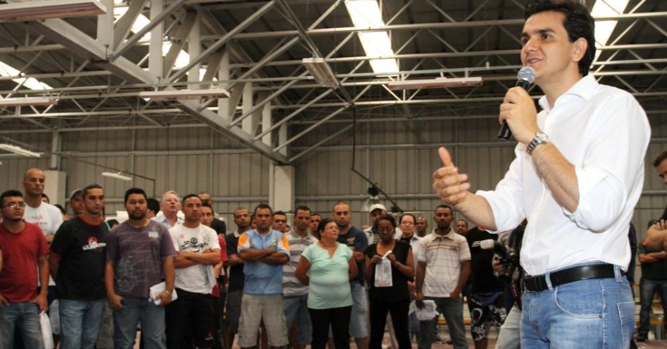 25.set.2012 -  O candidato do PMDB à Prefeitura de São Paulo, Gabriel Chalita (com microfone), apresenta suas propostas para funcionários de uma confecção na região do Tatuapé, zona leste da capital