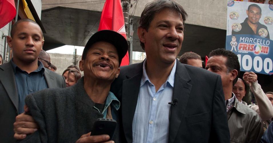 26.set.2012 - Fernando Haddad, candidato do PT à Prefeitura de São Paulo, abraça eleitor durante caminhada pelo bairro de Santana, zona norte da capital
