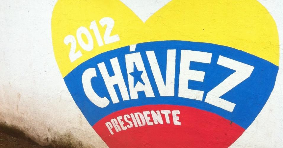 26.set.2012 - Muro tem propaganda de Hugo Chávez, candidato à presidência da Venezuela