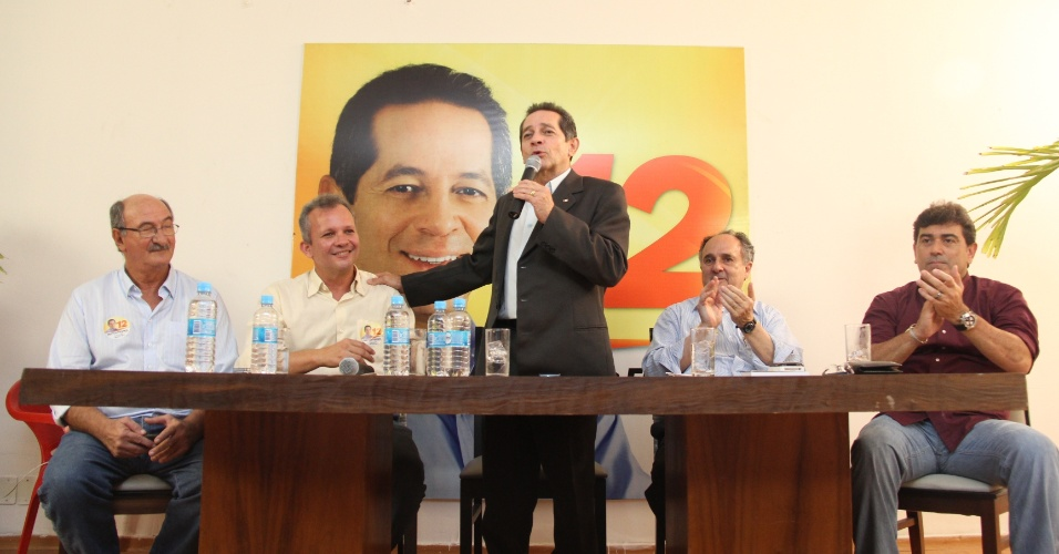 26.set.2012 - O candidato do PDT &#224; Prefeitura de Fortaleza, Heitor F&#233;rrer (em p&#233;) recebeu o ex-ministro da Educa&#231;&#227;o, o senador Cristovam Buarque (primeiro &#224; direita) no comit&#234; de sua campanha onde falou de seus projetos para a educa&#231;&#227;o