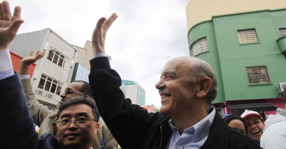 27.set.2012 - José Serra, candidato do PSDB à Prefeitura de São Paulo, faz caminhada pelo bairro do Bom Retiro, região central da capital paulista
