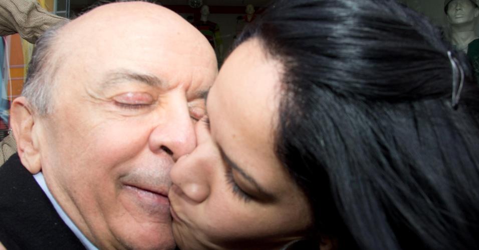 27.set.2012 - Mulher tenta beijar o candidato do PSDB à Prefeitura de São Paulo, José Serra, durante caminhada pelo bairro do Bom Retiro, região central da cidade