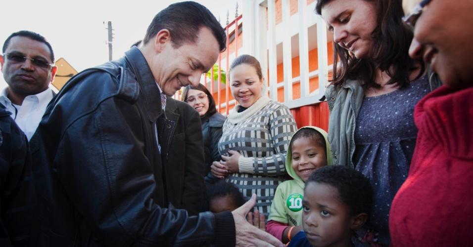 28.set.2012 - O candidato do PRB à Prefeitura de São Paulo, Celso Russomano, cumprimenta criança durante campanha no bairro de Marsilac, extremo sul da capital paulista
