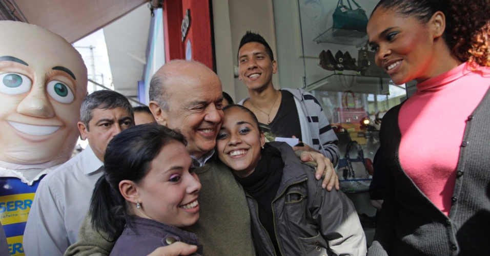 28.set.2012 - O candidato do PSDB à Prefeitura de São Paulo, José Serra, tira foto com eleitoras enquanto faz caminhada pelo bairro da Mooca, na zona leste da capital paulista, na tarde desta sexta-feira