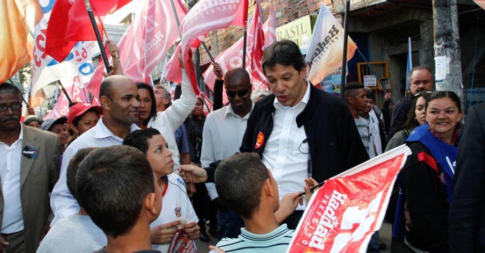 28.set.2012 - O candidato do PT à Prefeitura de São Paulo, Fernando Haddad, conversa com crianças durante caminhada pela comunidade de Paraisópolis l, na tarde desta sexta-feira, na zona sul da capital paulista
