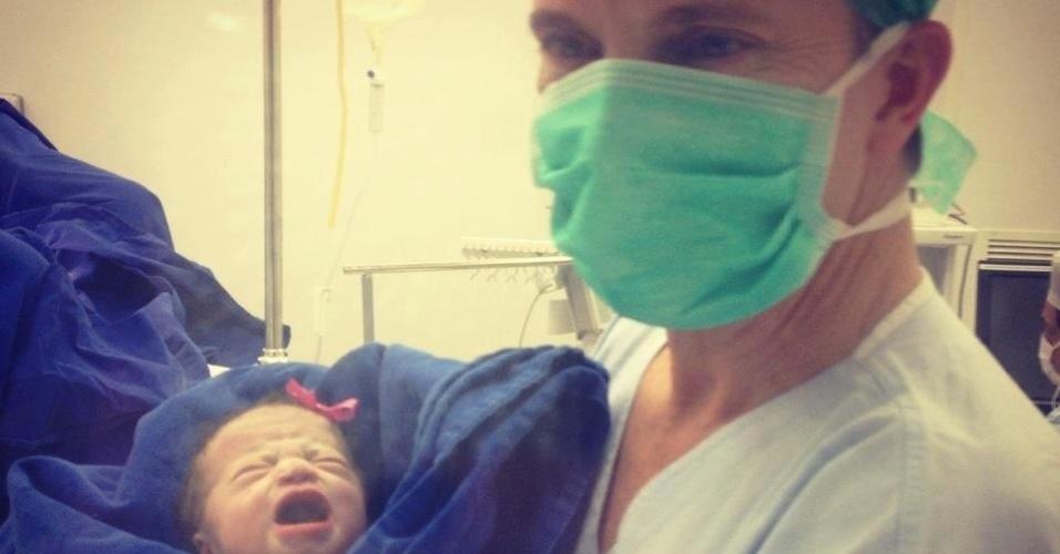 29.set.2012 - Celso Russomanno, candidato do PRB à Prefeitura de São Paulo, mostra sua filha recém-nascida Katherine na maternidade Santa Joana, zona sul da capital paulista