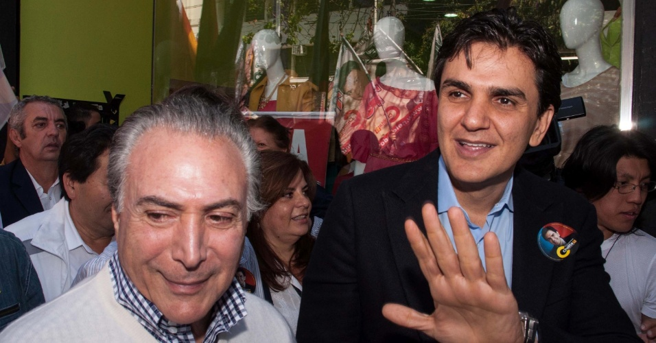 29.set.2012 - O candidato à Prefeitura de São Paulo pelo PMDB, Gabriel Chalita, fez uma caminhada no centro ao lado do vice-presidente Michel Temer (PMDB), que veio à cidade para apoiar a candidatura de Chalita