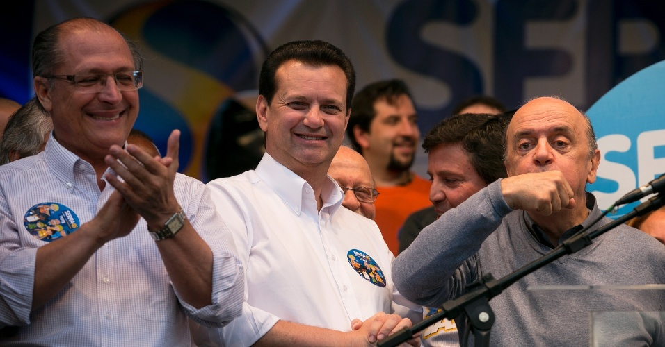 30.set.2012 - Durante comício na Vila Matilde, zona leste de São Paulo, o candidato do PSDB José Serra faz gesto para relembrar episódio em que foi beijado por uma eleitora durante caminhada na quinta-feira (27)