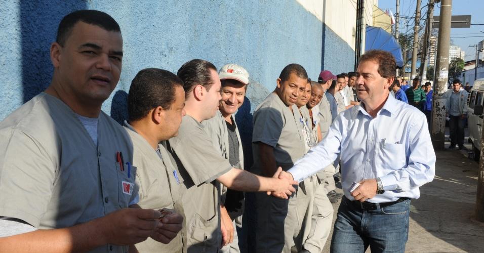 1.out.2012 - Paulinho da Força (à dir), candidato do PDT à Prefeitura de São Paulo, cumprimenta metalúrgicos durante visita a uma fábrica na zona leste da cidade
