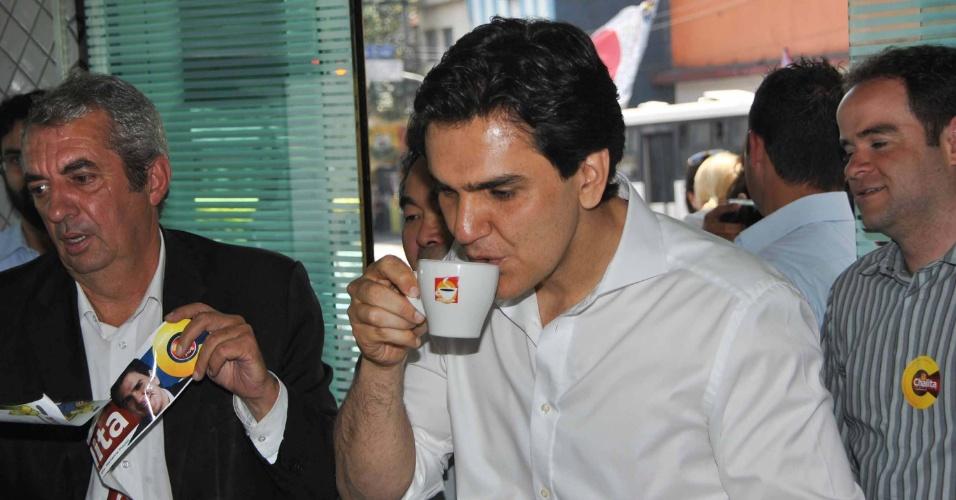 2.out.2012 - O candidato à Prefeitura de São Paulo Gabriel Chalita (PMDB) toma café durante caminhada pelo comércio de Sapopemba, bairro da zona leste da capital
