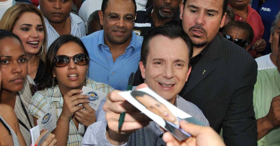 2.out.2012 - O candidato do PRB à Prefeitura de São Paulo, Celso Russomanno, fez campanha pelo comércio do Itaim Paulista, no extremo leste da capital, nesta terça-feira. No local, o candidato subiu o tom e usou o mensalão para atacar a candidatura do adversário do PT, Fernando Haddad