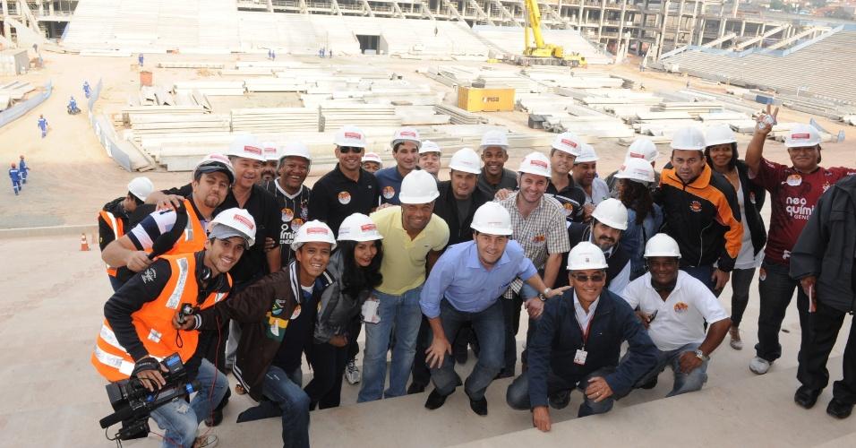 2.out.2012 - Paulinho da Força (no centro, de camisa azul), candidato do PDT à Prefeitura de São Paulo, visitou as obras do estádio Itaquerão, na zona leste da capital