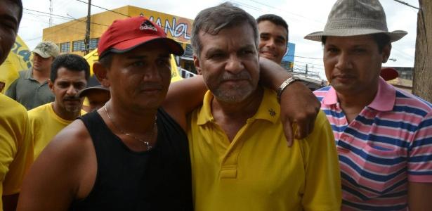 Manoel Pioneiro (PSDB) (de amarelo) será prefeito do município pela terceira vez