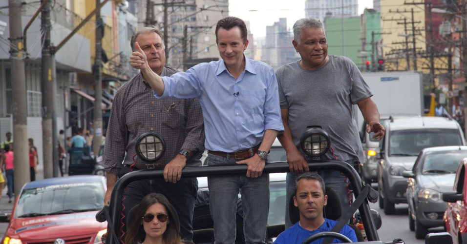 3.out.2012 - O candidato do PRB à Prefeitura de São Paulo, Celso Russomanno, faz carreata pelas ruas do Brás, na região central da capital paulista, na tarde desta quarta-feira. O candidato imprimiu folheto para explicar sua proposta de tarifa proporcional de ônibus