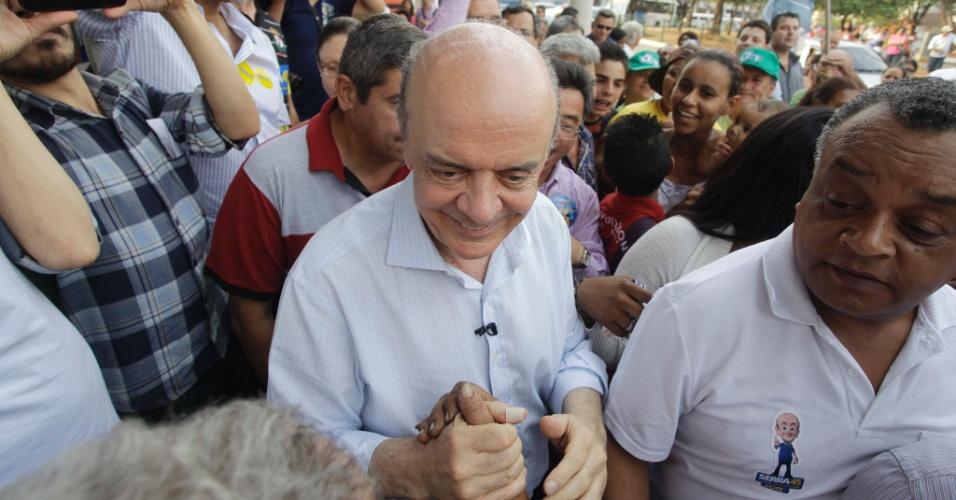 4.out.2012 - José Serra, candidato do PSDB à Prefeitura de São Paulo, cumprimenta eleitores durante caminhada pelo comércio do bairro de Vila Sabrina, zona norte da capital
