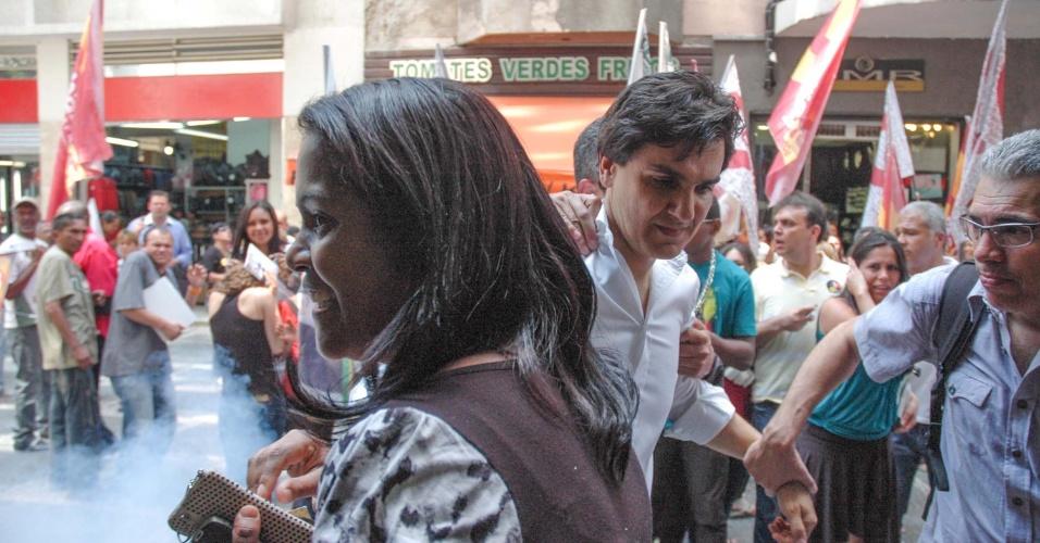 4.out.2012 - O candidato do PMDB à prefeitura de São Paulo,Gabriel Chalita (de branco), se afasta do local onde uma bomba explodiu na região central da cidade. Ele participava de uma caminhada na região quando foi interrompido pela detonação do artefato