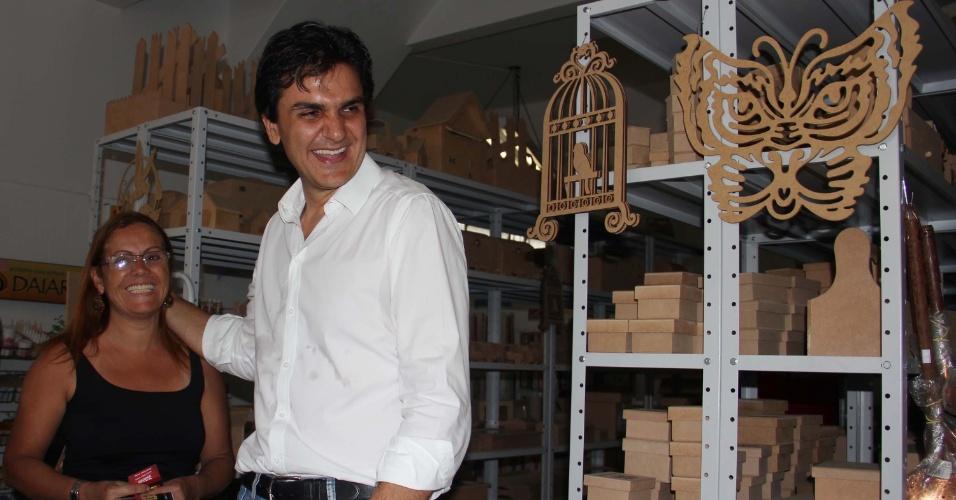 5.out.2012 - Gabriel Chalita, candidato a prefeito pelo PMDB, conversa com eleitora durante caminhada na avenida Rio Pequeno, zona oeste da capital