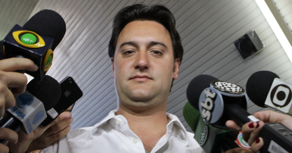 7.out.2012 - O candidato do PSC &#224; Prefeitura de Curitiba, Ratinho J&#250;nior, votou &#224;s 8h40 deste domingo (7), em um col&#233;gio no bairro de Santa felicidade