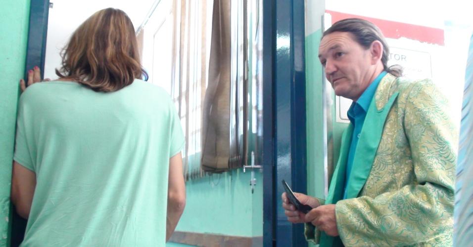 7.out.2012 - Marquito, assistente de palco de Ratinho e candidato a vereador paulistano pelo PTB, entra na fila para votar em colégio da Casa Verde, na região norte de São Paulo