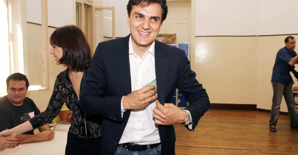7.out.2012 - O candidato à Prefeitura de São Paulo pelo PMDB, Gabriel Chalita, vota na manhã deste domingo no Colégio Sion, na Avenida Higienópolis, na região central da capital