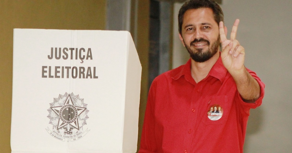 7.out.2012 - O candidato do PT &#224; Prefeitura de Fortaleza, Elmano de Freitas,votou na Assembleia Legislativa do Cear&#225;, no final da manh&#227; deste domingo (7), e se mostrou confiante na sua disputa no segundo turno. Acompanhado pela atual prefeita, Luizianne Lins, Freitas destacou que a uni&#227;o do partido ?orquestrado por Lins? o fez se tornar conhecido pelo povo, ganhar espa&#231;o e estar em primeiro lugar nas pesquisas 