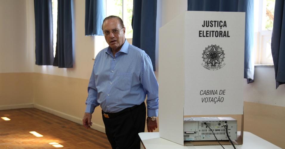 7.out.2012 - O ex- governador Paulo Maluf (PP) vota na Faculdade de Engenharia de São Paulo, no bairro de Pinheiros, zona oeste da capital; ele afirmou que é mais comunista que o PT