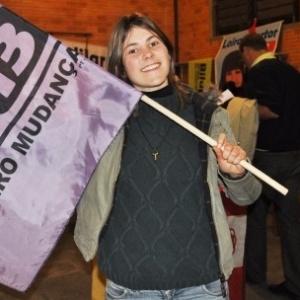 Gislaine Ziliotto (PT) segura bandeira do candidato a prefeito de Ipê pelo PT, Bilu, que foi derrotado