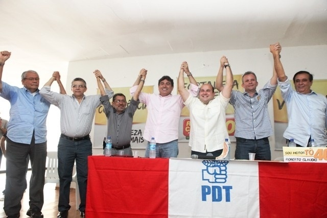12.out.2012 - O candidato do PSB &#224; Prefeitura de Fortaleza, Roberto Cl&#225;udio (terceito da dir. para a esq.), se reuniu com integrantes do PDT, que oficializaram o apoio do partido ao socialista no segundo turno das elei&#231;&#245;es na capital cearense