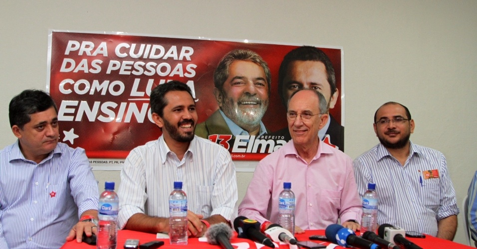 16.out.2012 - O candidato do PT &#224; Prefeitura de Fortaleza, Elmano de Freitas (segundo &#224; esq.), recebe apoio do presidente nacional do PT, Rui Falc&#227;o (segundo &#224; dir.), nesta ter&#231;a-feira. Falc&#227;o anunciou que o ex-presidente Luiz In&#225;cio Lula da Silva ir&#225; subir no palanque do candidato petista na pr&#243;xima ter&#231;a-feira (23)