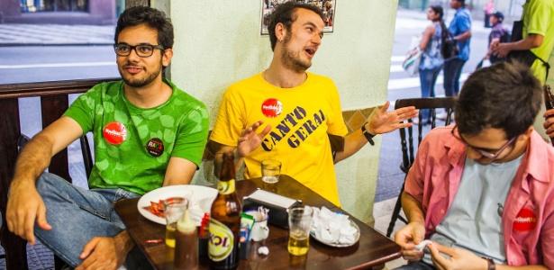 Três estudantes da USP foram assistir ao debate em um bar depois que seus colegas preferiram ver futebol