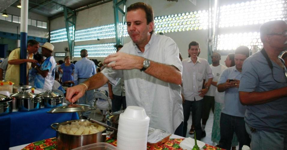 11.mar.2012 - Prefeito do Rio de Janeiro Eduardo Paes (PMDB) distribui licenças de funcionamento da Feira Gastronômica das Yabás em Madureira. Ele disputará a reeleição em 2012 como candidato do partido