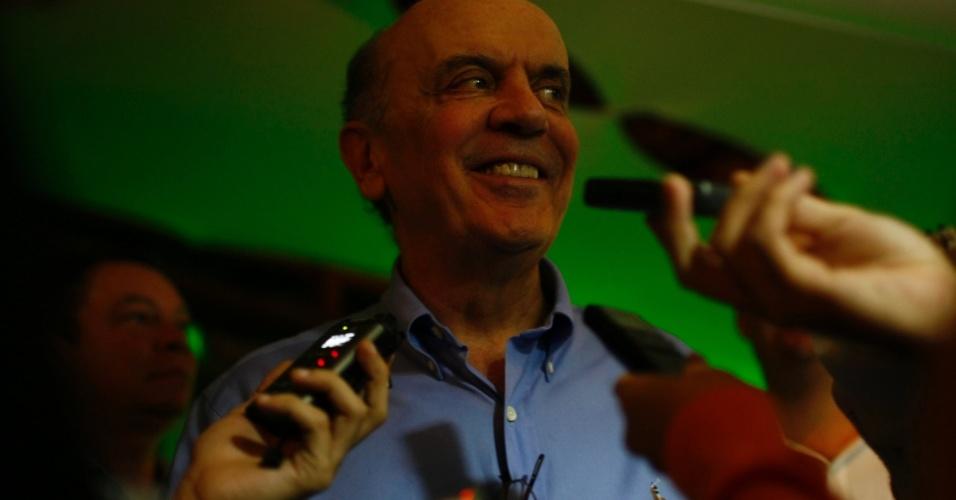 13.mar.2012 - Ex-governador de São Paulo Jose Serra fala com jornalistas antes de entrar para falar para os militantes de sua campanha no PSDB, no Clube Eletropaulo, na zona sul da capital. Ele é pré-candidato do partido à prefeitura da cidade de São Paulo