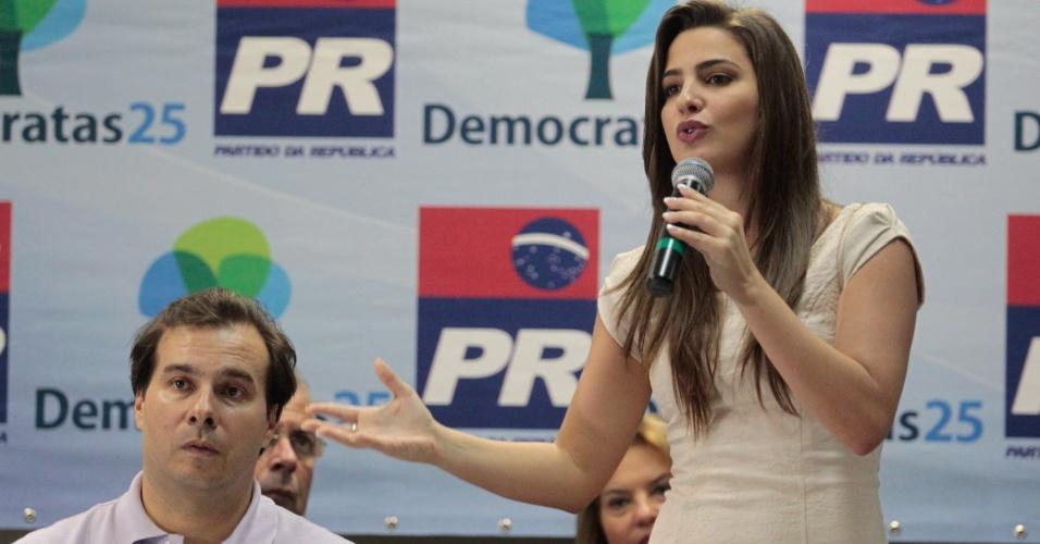 7.mar.2012 - Rodrigo Maia (esq.) e Clarisse Garotinho firmam candidatura a prefeitura do Rio de Janeiro pelo PR