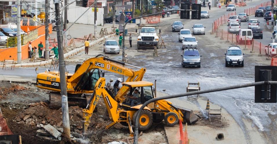 Obras causam interdições na av. João Firmino, no Bairro Assunção, próximo ao km 21 da Via Anchieta